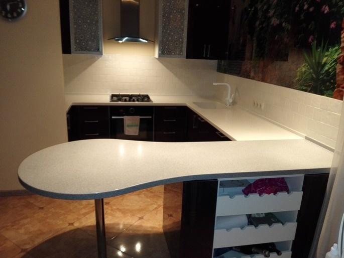 Белая барная стойка на кухне из акрилового камня
